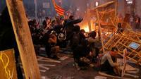 Des manifestants dressent des barricades lors de heurts avec les forces de l'ordre, à Barcelone le 18 octobre 2019 [Pau Barrena / AFP]