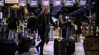 Des voyageurs à la gare de Lyon à Paris, le 20 décembre 2019 [Philippe LOPEZ / AFP]