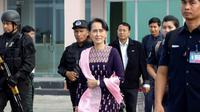 La dirigeante birmane Aung San Suu Kyi à l'aéroport de Sittwe, dans l'Etat de Rakhine, le 2 novembre 2017 [STR / AFP]