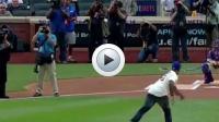 Les muscles de 50 Cent ne lui ont pas servi lors de son lancer de baseball.