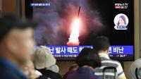 Des Sud-Coréens devant un écran de télévision diffusant des images du lancement d'un missile nord-coréen, à la gare de Séoul le 10 août 2019 [Jung Yeon-je / AFP/Archives]