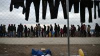Des réfugiés font la queue pour obtenir un repas, le 28 février 2016 dans un camp à Idomeni en Grèce, près de la frontière avec la Macédoine [LOUISA GOULIAMAKI / AFP]