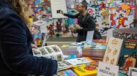 Une lectrice est plongée dans une bande-dessinée lors de la 46e édition du festival de BD d'Angoulême le 24 janvier 2019.