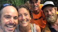 Amanda Eller entourée de ceux qui l'ont retrouvée, plus de 15 jours après sa disparition à Hawaï, le 24 mai 2019   [Javier CANTELLOPS / facebook.com/AmandaEllersMissing//AFP]
