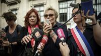 L'actrice français Muriel Robin aux côtés de la députée Clémentine Autain lors d'une manifestation contre les violences faites aux femmes à Paris le 6 octobre 2018 [Philippe LOPEZ / AFP]