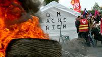 Manifestants et syndicalistes le 24 mai 2016 devant le dépôt de carburants de Douchy-les-Mines dans le nord de la France [FRANCOIS LO PRESTI / AFP]