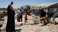 Shafiq al-Tal (c) entouré de sa famille est devant sa tente dans le village palestinien de Khirbet Zannouta, près de Hébron, le 30 mai 2016  [HAZEM BADER / AFP]