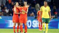 Les Chinoises (g) heureuses après leur victoire contre l'Afrique du Sud au Mondial féminin, le 13 juin 2019 au Parc des Princes à Paris    [Lionel BONAVENTURE / AFP]