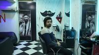 L'Afghan Zabihullah dans son salon de beauté pour hommes, le 17 février 2019 à Kaboul [WAKIL KOHSAR / AFP]