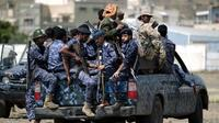 Les forces de police yéménites chiites Huthi sont assises à l'arrière d'un véhicule militaire dans la capitale Sanaa lors d'une manifestation contre l'intervention saoudienne dans leur pays le 17 septembre 2019 [MOHAMMED HUWAIS / AFP]