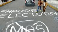 """Une inscription sur le route """"Fraude électorale"""", dans les rues de La Paz en Bolivie, le 25 octobre 2019 [JORGE BERNAL / AFP]"""
