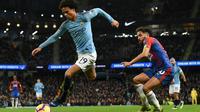 Le milieu allemand de Manchester City Leroy Sané (g) échappe au milieu de Crystal Palace Andros Townsend, le 22 décembre 2018 à l'Etihad Stadium de Manchester [Paul ELLIS                        / AFP]