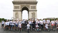 Le président du CNOSF Denis Masseglia, le co-président de la candidature de Paris-2024 Tony Estanguet et la maire de Paris Anne Hidalgo, devant l'Arc de Triomphe à Paris, le 24 juin 2017   [ALAIN JOCARD / AFP]