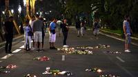Photographie d'archive du 17 juillet 2016, montrant des bougies et des fleurs déposées en hommage aux victimes de l'attentat de Nice, survenu trois jours plus tôt [ANNE-CHRISTINE POUJOULAT / AFP/Archives]