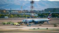 Des véhicules de secours et de pompiers autour d'un avion de la British Airways qui a pris feu, le 8 septembre 2015 sur le tarmac de l'aéroport McCarran à Las Vegas [L.E. Baskow / AFP]