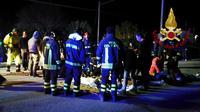 Image fournie par les services de secours de blessés soignés à l'extérieur de la discothèque à Ancône, le 8 décembre 2018 [Handout / Vigili del Fuoco/AFP]