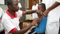 Un enfant se fait vacciner contre la rougeole à Anivorano, le 27 février 2019 à Madagascar [Mamyrael / AFP/Archives]