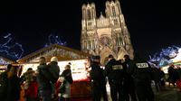 Policiers en patrouille sur le marché de Noël près de la cathédrale Notre-Dame de Reims, le 20 décembrer 2016 [FRANCOIS NASCIMBENI / AFP/Archives]