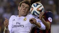 L'attaquant gallois du Real Madrid, Gareth Bale (à gauche) à la lutte avec un joueur de Barcelone en finale de la Coupe du Roi à Valence le 16 avril 2014 [Dani Pozo / AFP]