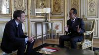 Emmanuel Macron et le directeur général de Samsung Electronics Young Sohn à l'Elysee, le 28 mars 2018 [Francois Mori / POOL/AFP]
