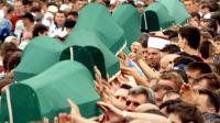Les cercueils de victimes du massacre de Srebrenica en 1995, transportés le 11 juillet 2005 dans le cimetière de Potocari près de Srebrenica en Bosnie [JOE KLAMAR / AFP/Archives]