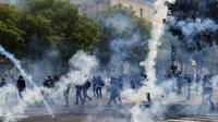 Heurts entre manifestants et forces de l'ordre, et jets de gaz lacrymogènes en marge du défilé du 1er mai à Paris [Geoffroy VAN DER HASSELT / AFP]