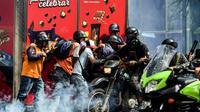 Des secouristes volontaires lors d'affrontements entre opposants et policiers à Caracas, au Venezuela, le 4 août 2017 [RONALDO SCHEMIDT / AFP/Archives]