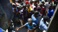 Des victimes de l'ouragan Matthew attendent de recevoir de la nourriture du Programme alimentaire mondial (PAM), le 12 octobre 2016 en Haïti [HECTOR RETAMAL / AFP]