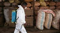 Un employé municipal désinfecte un marché d'Antananarivo le 10 octobre 2017 pour lutter contre la peste qui a déjà fait 74 morts à Madagascar. [RIJASOLO / AFP/Archives]