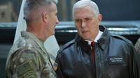 Le vice-président américain Mike Pence avec le général Nick Nicholson, commandant des forces américaines en Afghanistan à Bagram, le 21 décembre 2017 [MANDEL NGAN / POOL/AFP]