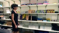 Une femme porte des lunettes numériques destinées aux neuromarketing à Norwalk (Connecticut), aux Etats-Unis, le 5 décembre 2017 [TIMOTHY A. CLARY / AFP]