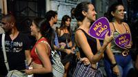 """Avec leurs éventails en carton """"Non c'est Non"""", des femmes participent au carnaval de Rio, le 7 février 2018 et dénoncent le harcèlement sexuel [CARL DE SOUZA / AFP]"""