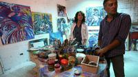 L'artiste peintre libyenne, Najla al-Fitouri, et son mari le peintre Youssef Ftis dans leur atelier à Tripoli, le 12 septembre 2015 [MAHMUD TURKIA / AFP]