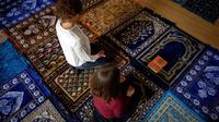 Anne-Sophie Monsinay (d) et Eva Janadin dirigent une prière à Paris, le 7 septembre 2019 [Lionel BONAVENTURE / AFP]