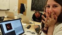 Katie Bouman découvrant la photo du trou noir.