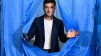 Le comédien ukrainien Volodymyr Zelensky, à la sortie d'un isoloir, après avoir voté pour le deuxième tour de la présidentielle, à Kiev le 21 avril 2019 [GENYA SAVILOV / AFP/Archives]