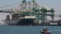 Un bateau décharge des conteneurs en provenance d'Asie, le 1er août 2019 au port de Long Beach, en Californie [Mark RALSTON / AFP]