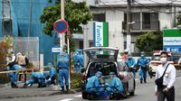 La police scientifique inspecte la scène de crime à Kawasaki, près de Tokyo, où un homme a poignardé plusieurs personnes avant de se donner la mort le 28 mai 2019 [Behrouz MEHRI / AFP]