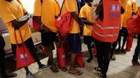 Des réfugiés du Lifeline sont accueillis à l'aéroport de Roissy-Charles de Gaulle le 5 juillet 2018 [Thomas SAMSON / AFP]