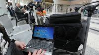 Une voyageuse syrienne en partance pour les Etats-Unis consulte son ordinateur à l'aéroport de Beyrouth, le 22 mars 2017 [ANWAR AMRO / AFP]