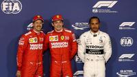 Le Monégasque Charles Leclerc (c) lors de sa première pole position en F1 au GP de Bahrein devant l'Allemand Sebastian Vettel et le Britannique Lewis Hamilton le 30 mars 2019 [KARIM SAHIB / AFP]
