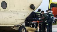 Des secouristes égyptiens sortent les corps des passagers de l'avion russe qui s'est écrasé dans le désert du Sinaï le 31 octobre 2015 [KHALED DESOUKI / AFP]