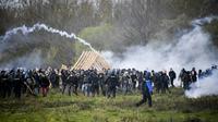 Des occupants de la ZAD de Notre-Dame-des-Landes lors de heurts avec les forces de l'ordre, le 15a vril 2018 [Damien MEYER / AFP]