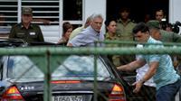 Le président cubain Miguel Diaz-Canel arrive à l'Institut de médecine légale pour rencontrer des parents des victimes de crash, à La Havane le 19 mai 2018 [Yamil LAGE / AFP]