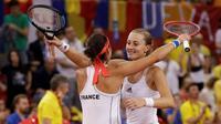 Caroline Garcia (g) et Kristina Mladenovic offrent le point de la victoire à la France lors du double contre la Roumanie en demi-finale de Fed Cup, le 21 avril 2019 à Rouen    [Geoffroy VAN DER HASSELT / AFP]