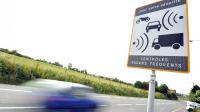 Un contrôle radar automatique sur une route du réseau secondaire en France.