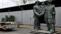 Un monument à la gloire des soldats de l'Armée rouge dans un entrepôt municipal de la ville de Legnica, le 24 mars 2018 en Pologne [JANEK SKARZYNSKI / AFP]