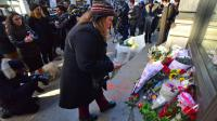 Rassemblement devant le domicile new-yorkais de David Bowie, le 11 janvier 2016 [LOUIS LANZANO / AFP]