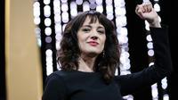 L'actrice italienne Asia Argento poing levé au Festival de Cannes, le 19 mai 2018 [Valery HACHE / AFP]