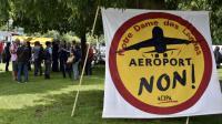 Des opposants à l'aéroport Notre-Dame-des-Landes manifestent près de la cour administrative d'appel de Nantes, le 18 juin 2015 [Georges Gobet / AFP]